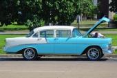 """""""Vad tusan! Jag VET att det fanns en motor här någonstans!"""" Nja, denna 1956 Chevrolet Two-Ten är i så fint skick, så ägaren letar nog bara efter en liten elkabel som hoppat loss."""