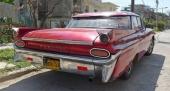 """En aning okomplett 1959 Pontiac Catalina med """"terasstak"""". Har sannolikt blivit påkörd någon gång i mörker eftersom stötfångaren har försetts med så många reflexer…"""