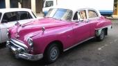 Uppsnyggad 1949 Oldsmobile 88 4dr Sedan med klatschig färgsättning.