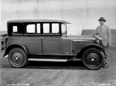 1925 Ajax 4dr Sedan. Det är Charles W. Nash som står vid sidan om bilen. (original fabriksfoto).