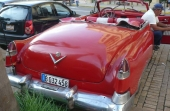 Här sitter vi och funderar över livet i allmänhet. Bilen? Ja, men det ser väl alla, att det är en 1951-1953 Cadillac Ser 62 Convertible.