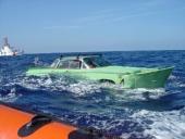 Eftersom Cuba är en ö, så lockas naturligtvis cubanerna till att ta ett dop även med bilen! Här forsar en 1959 amfibie-Buick fram. Man riktigt ser hur den plöjer vågorna!