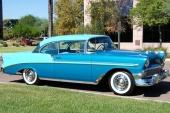 Denna 1956 Bel Air Sport Coupe har extrautrustats med blanka stänkskydd på framskärmarna samt blank tröskellist.