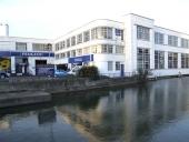 """Detta var den sista Rootes-fabriken, belägen i Maidstone. Den slog igen den 1 januari 2007 efter att i flera år tillverkat Peugeot för den engelska marknaden. """"Sic transit Gloria Mundi""""."""