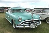 Vi kunde inte låta bli att visa Mikaels fina 1952 Hudson Hornet Hollywood även framifrån! Försedd med tidsenlig gangsterkeps och antennen monterad vid vindrutans överkant.