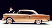 Här kan vi jämföra med 1955 års helt nykonstruerade Chevrolet. På bilden är det jubileumsbilen som markerar att Chevrolet vid tillfället hade tillverkats i 50 miljoner exemplar.