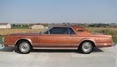 1977 års Lincoln Continental Mark V. Vi skall ånyo påpeka att samtliga foton i collaget är nytagna 2011. Dessa bilar är alltså fortfarande i ett bländande fint skick!