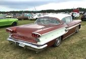 Vad vore ett sådant här bilmöte förutan en 1958 Pontiac Bonneville? Ägare Håkan Rehn.