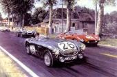 En klart belysande bild ur en försäljningskatalog för Austin-Healey 100. Här blir både Ferrari och Jaguar omkörda av en framrusande Austin-Healey!