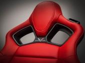 """Den fastare stolen har ett snyggt emblem med texten """"Competition""""."""