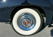 Rätt dimension på den vita däcksidan på en vagn som denna! Och vilken otrolig lyster på navkapseln, dessutom med ett absolut felfritt Cadillac-emblem i centrum!