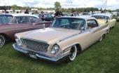 1961 Chrysler New Yorker Hardtop Sedan. Tätmönstrad grill och mer utsmyckningar kännetecknar New Yorker från märkets billigare modeller.
