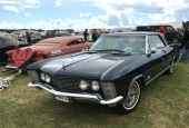 Allan Holmlund i Lund är lycklig ägare till denna midnattsblå 1964 Buick Riviera. Formgiven av Bill Mitchell, samma designer som exempelvis 1963 Corvette!