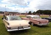 1961 var sista årsmodellen av Chrysler med stjärtfenor. Till höger i bild ses en mycket ovanlig 1958 Chevrolet Delray 2dr Sedan.