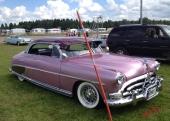 En fabulös 1952 Hudson Hornet Hollywood med en minst sagt djärv färgsättning. Fullutrustad med dubbla spotlights och yttre solskärm, så kallad gangsterkeps.