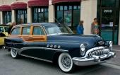 Den magnifika 1953 Buick Roadmaster Estate Wagon. Sista årsmodellen med inslag av riktigt trä. Detta exemplar är dessutom utrustad med riktiga ekerfälgar. På sin tid en av världens exklusivaste stationsvagnar!