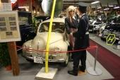 Här har muséet arrangerat en trafikolycka där en snitsig fröken Laura har försökt köra mot förbjuden körriktning och dammat in i vägmärkets stolpe. Hon ser faktiskt en aning skamsen ut när hon uppläxas av den prydlige poliskonstapeln. Bilen? Jovisst, en 1956 Renault CV4 R 1062. CV4 konstruerades av Ferdinand Porsche och blev hans biljett ut ur franskt fängelse, gripen 1945 som aktiv nazist!