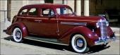 1938 Nash Ambassador 4dr Sedan. Kännetecken var den mer konservativa designen och vertikala kromribbor i den imposanta grillen.