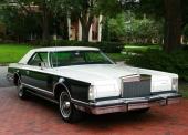 Den mycket ovanliga 1979 Lincoln Continental Mark V Carriage Roof. Plåttak med suffletöverklädnad.