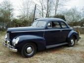 1939 Nash La Fayette Business Coupe, försedd med sidventilssexa på 99 hk. Notera rektangulära strålkastarhus i kombination med hög motorhuv och smal, stående grill som flankerades av två mindre grill-sektioner.