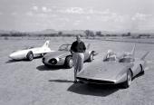 Redan 1954 experimenterade GM med jetmotordrivna bilar. Till vänster 1954 Firebird I, därefter 1956 Firebird II och till höger 1958 Firebird III. Han var inte bara den störste formgivaren genom tiderna — han var även den störste i storlek! Harley J. Earl.