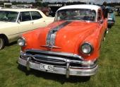 En nyimporterad 1954 Pontiac Chieftain 2dr Sedan med sitt karaktäristiska, breda kromband över hela motorhuven.