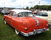 1954 Pontiac Chieftain är mycket ovanlig i Sverige. Dessutom som 2dr Sedan. Även bakluckan begåvades ett brett kromband så det inte skulle hysa någon tvekan om bilmärket!