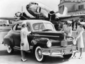 1942 Nash 600, en av de sista exemplaren innan USA gick med i WWII. Här speglas en helt ny utformning med mjukt rundade linjer och mycket krom.