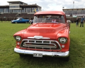 En strålande 1957 Chevrolet 3100 Stepside Pickup i kalasfint skick. En 57:a är lätt att känna igen eftersom grillen blev annorlunda detta år på den här modellen. Och till 1958 var det åter ny grill, kombinerat med dubbla strålkastare.