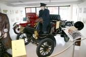 Den berömda Oldsmobile Curved Dash, här i 1905 års upplaga. På sin tid världens mest sålda bil! I bakgrunden en fin 1907 Cadillac Model K-M Runabout. En automobil som Motala Motormuseum förvärvade redan i september 1996.