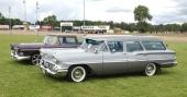 Det är inte varje dag man har nöjet att vila blicken på en fin 1958 Chevrolet Brookwood. Här försedd med yttre solskydd, så kallad gangsterkeps. Original navkapslar och däck med bred vit sida! Det är alltid ett nöje att se en originalbil.