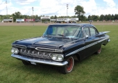 På tal om originalbil! Studera denna härliga 1959 Chevrolet Impala 4dr Sedan! Till synes helt original. Bara navkapslarna saknas, men de kommer säkert på plats framöver. Det är så här bilarna såg ut i Sverige på den tiden det begav sig, och som motorhistoriker är man glad över att se dem.