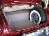 """Prydligt bagageutrymme i Skylark och ganska rymligt för att vara en """"sportvagn""""."""