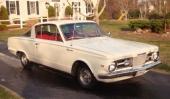 Första generationen av Barracuda kom 1964 och var en Valiant med fastbacktak. På bilden 1965 års modell.
