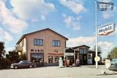 En riktigt typisk landsbygsmack i Rottne, i Växjö kommun. Bilden tagen på den tiden bensinmärket Mobil var vanligt förekommande i Sverige — liksom även Volvo Amazon! Intressant att notera är också, att man hade auktoriserad Citroën-service! Något som de flesta mackar fasade för att ens komma i närheten!