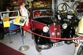 1937 DKW Typ F 7 i de typiska färgerna rött och svart. På sin tid en mycket framgångsrik liten bil och dessutom framhjulsdriven!