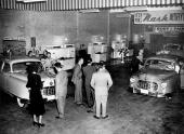 1949 års helt nyskapade Nash presenteras. Observera att man samtidigt passade på att visa upp årets nya modeller av vitvaror från Kelvinator, som ju tillhörde koncernen.