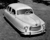 """1949 Nash Statesman där även framskärmarna täcker en stor del av hjulen. Det tillsammans med det sluttande taket gjorde att den fick namnet """"badkaret""""."""