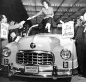1950 års Miss America (anständigt klädd med kjol över knäna) fick glädjen att åka i en 1950 års Nash Ambassador som officiellt fordon!