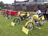 Ett gäng med klassiska mopeder i absolut utställningsskick, fanns också med. Samma ägare till alla dessa maskiner!