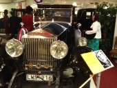 Fru Airi E. Olfwenstam är uppenbarligen mycket intresserad av inredningen i Greta Garbo´s 1927 Rolls-Royce Phantom I.