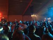 Trots stora ytor i ridhuset var dansgolvet fyllt med glada människor. Där fanns också utskänkning av mat och dryck.