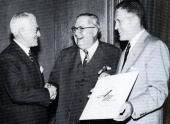 Den 1 maj 1954 slogs Nash-Kelvinator Corporation och Hudson Motor Company ihop och bildade American Motors Corporation. Bilden visar från vänster Ed Barit, George Mason och George Romney.