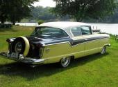 Ännu en 1956 Nash Ambassador Custom Country Club. Nu snett bakifrån. Mycket intressant med dessa årgångar av Nash var, att redan i bilbroschyrerna angavs två alternativa längder! Med respektive utan fabriksmonterat continental kit.