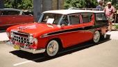 Rambler har alltid varit en föregångare i att skapa tjusiga stationsvagnar! Detta är en 1956 Nash Rambler Custom Cross Country med original kromat takräcke och elegant 3-färgslackering!