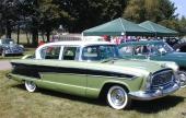 Kronan på verket. 1957 Nash Ambassador Custom 4dr Sedan med original continental kit och 3-färgslackering. Sedan 26 år tillbaka finns faktiskt en identisk vagn i Sverige! Orenoverad i bra skick, lackerad i mörk lila med ljusrosa fält! Även den är originalutrustad med continental kit.