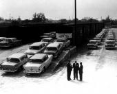 Det är hösten 1957. Bilmärket Nash har precis somnat in och en första leverans 1958 Rambler lastas för transport till en biluthyrningsfirma i Florida!