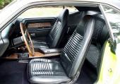 Bucket seats och golvkonsol var standard i alla dessa bilar.